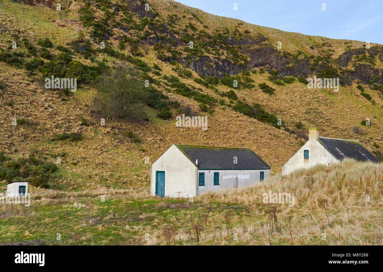Abris de pêche et les bâtiments derrière les dunes au St Cyrus National Nature Reserve dans l'Aberdeenshire, Photo Stock