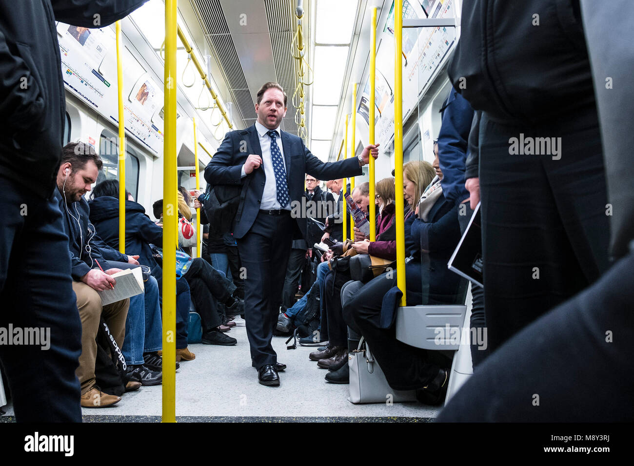 Les navetteurs sur un train de tube. Photo Stock