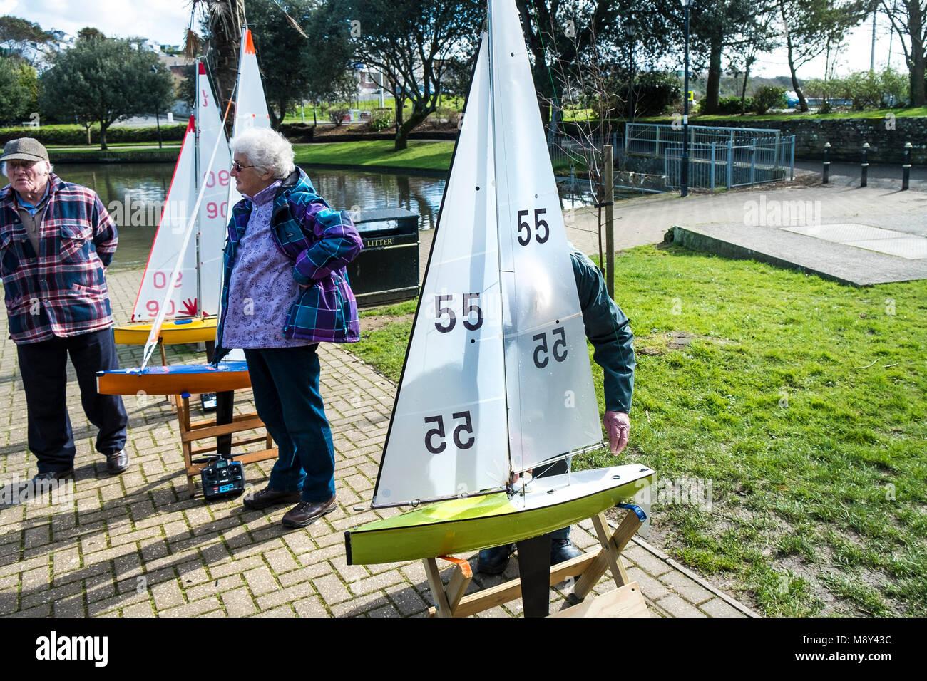 Yachts modèle appartenant à des membres de l'Newquay Model yacht club à Trenance Lake à Photo Stock
