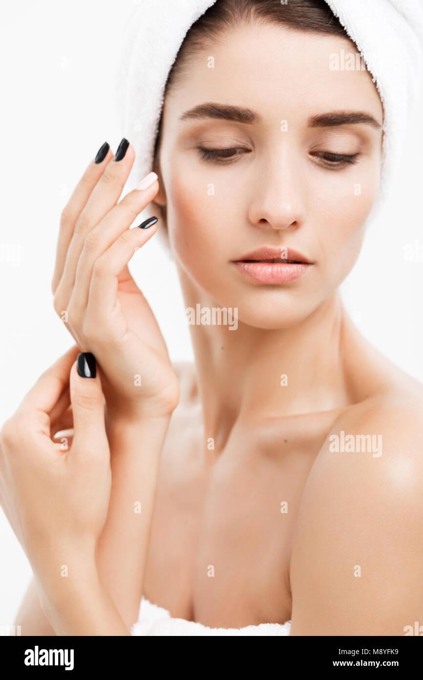 Beauté et soin de peau concept - Close up belle jeune femme de toucher sa peau Photo Stock