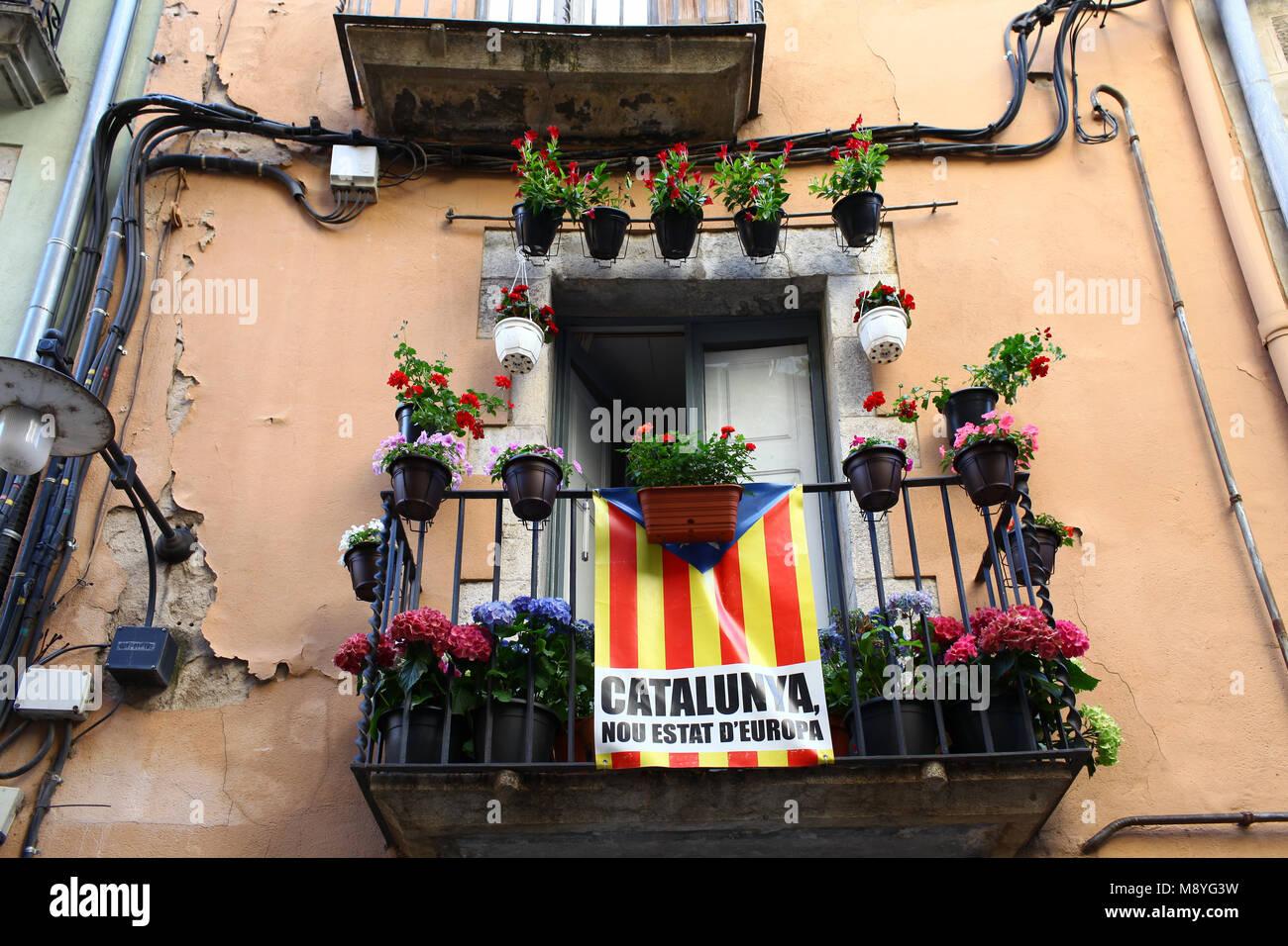 Drapeaux Catalan placé sur un balcon le jour de la Journée nationale de la Catalogne Photo Stock