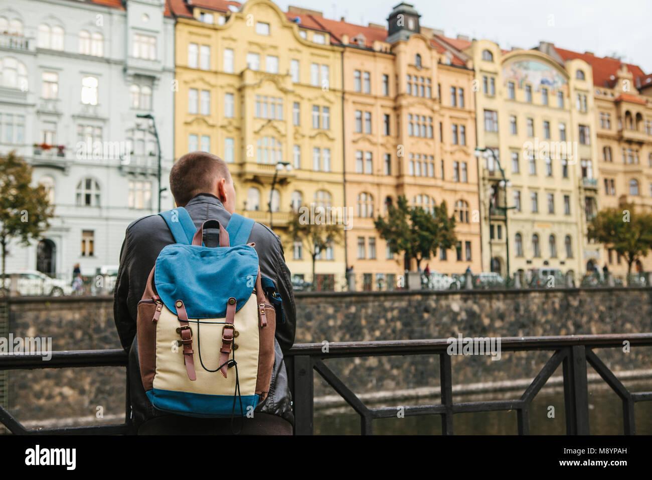 Un touriste avec un sac à dos en face d'une belle architecture ancienne à Prague en République Photo Stock