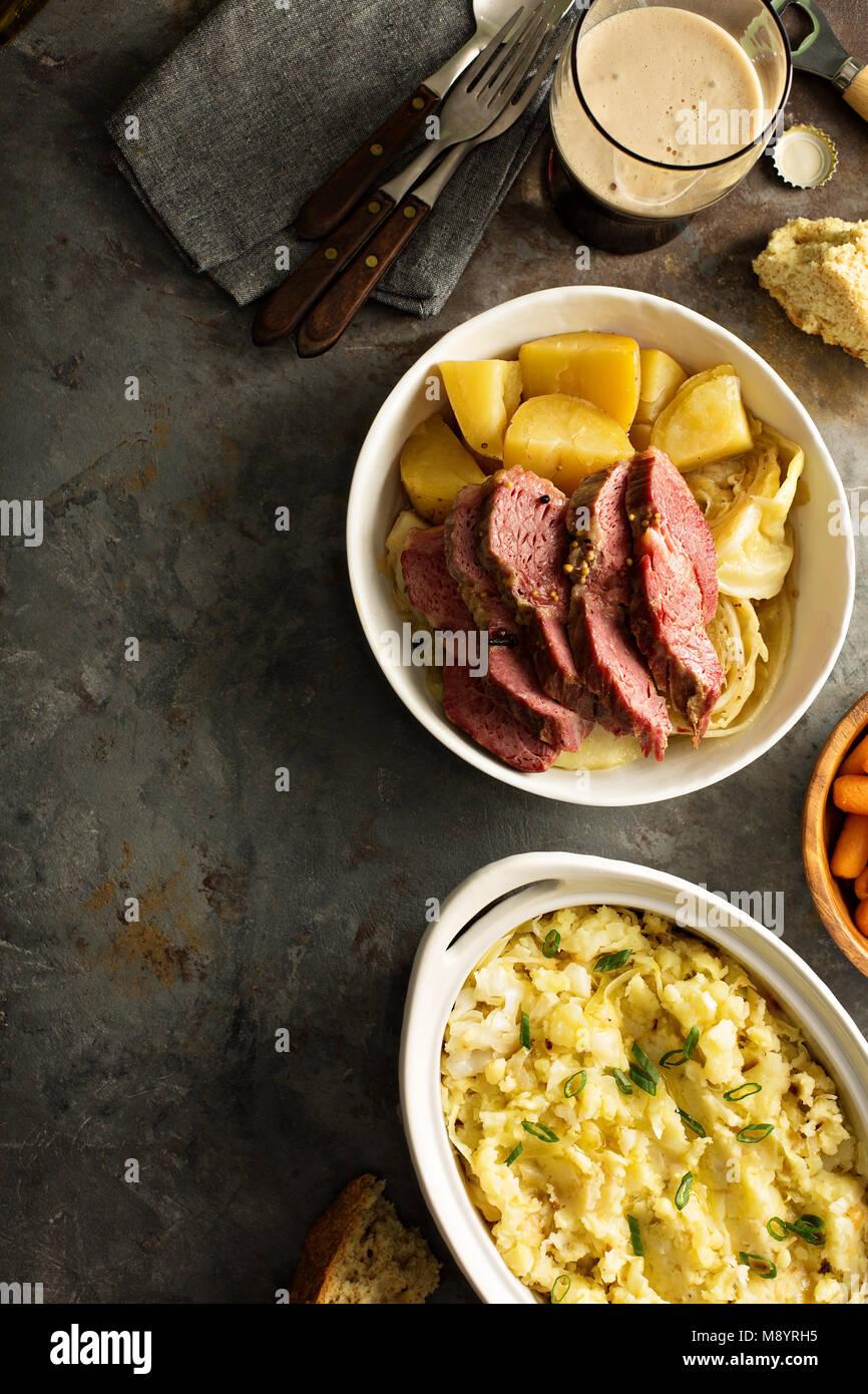 Dîner traditionnel Irlandais avec le corned-beef et colcannon Photo Stock