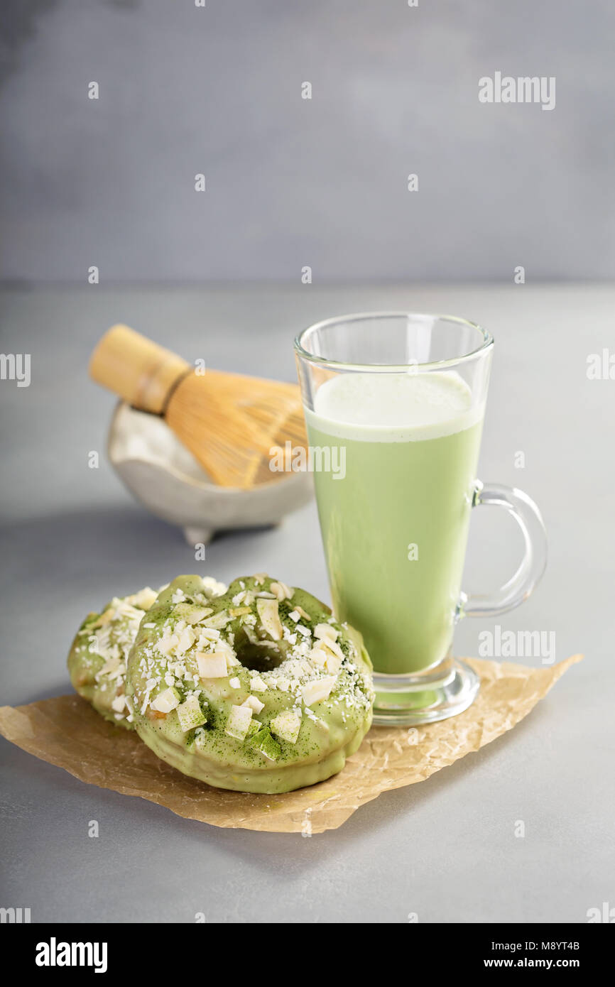 Matcha et chocolat blanc beignets avec plateau Photo Stock