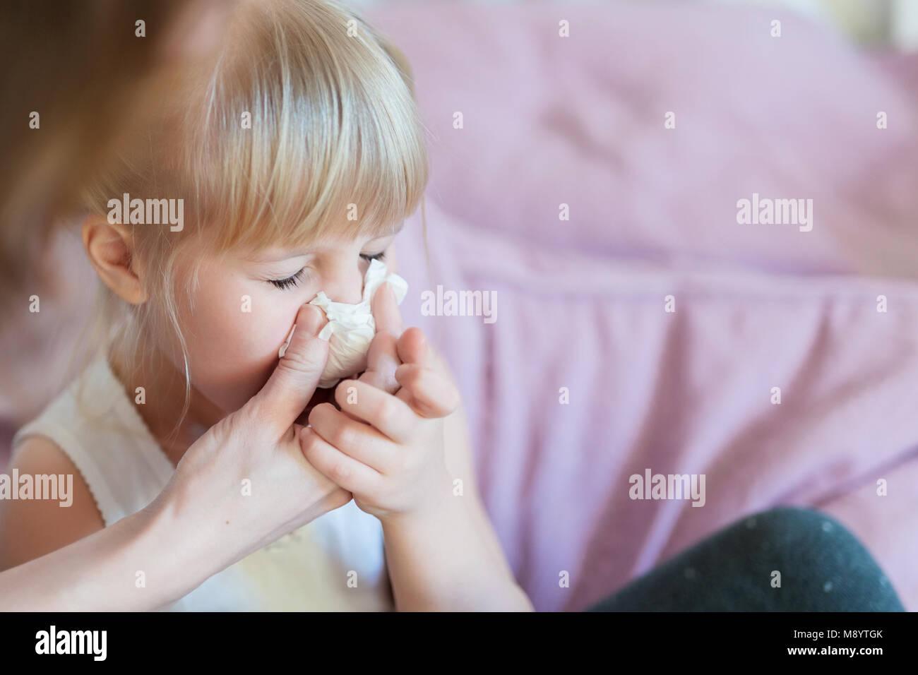 taille 40 extrêmement unique images détaillées Enfant avec le nez. Aider la mère de souffler kid's nose ...