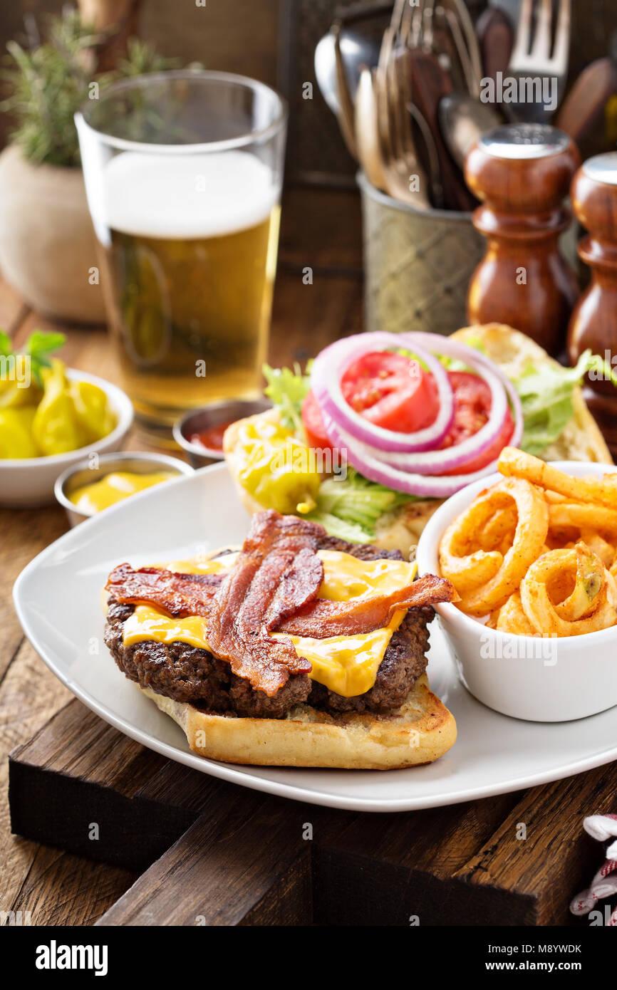Burger traditionnel américain avec fromage et bacon Photo Stock