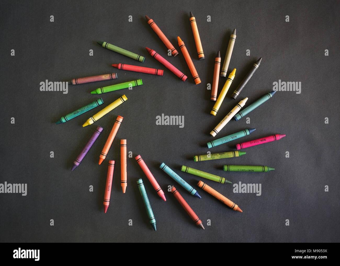 Tourbillon de couleurs formées par les cires à colorier. Effet de mouvement. Design graphique coloré Photo Stock