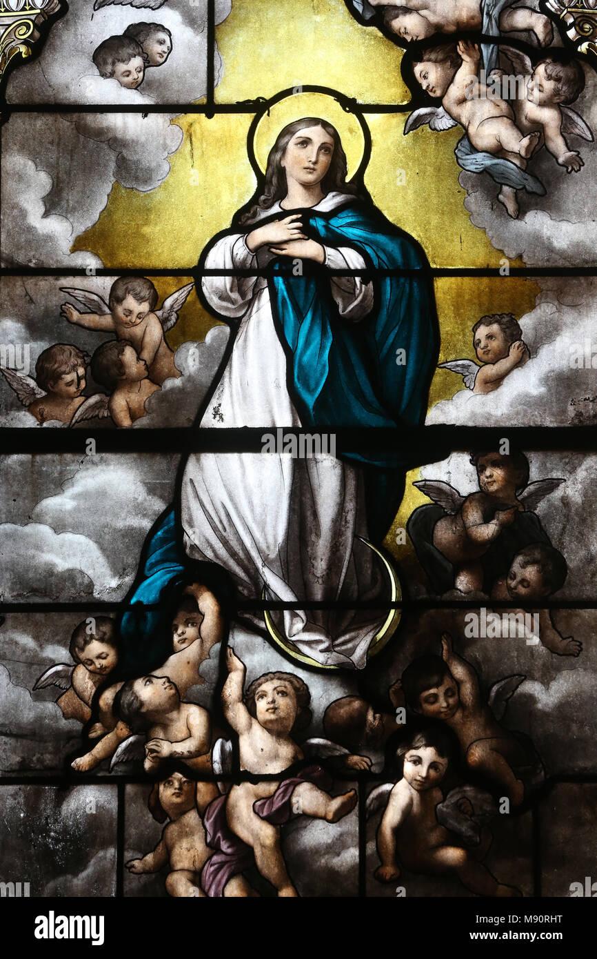 L'église Saint Martin. Vitrail. L'Assomption de Marie au ciel. Avallon. La France. Photo Stock