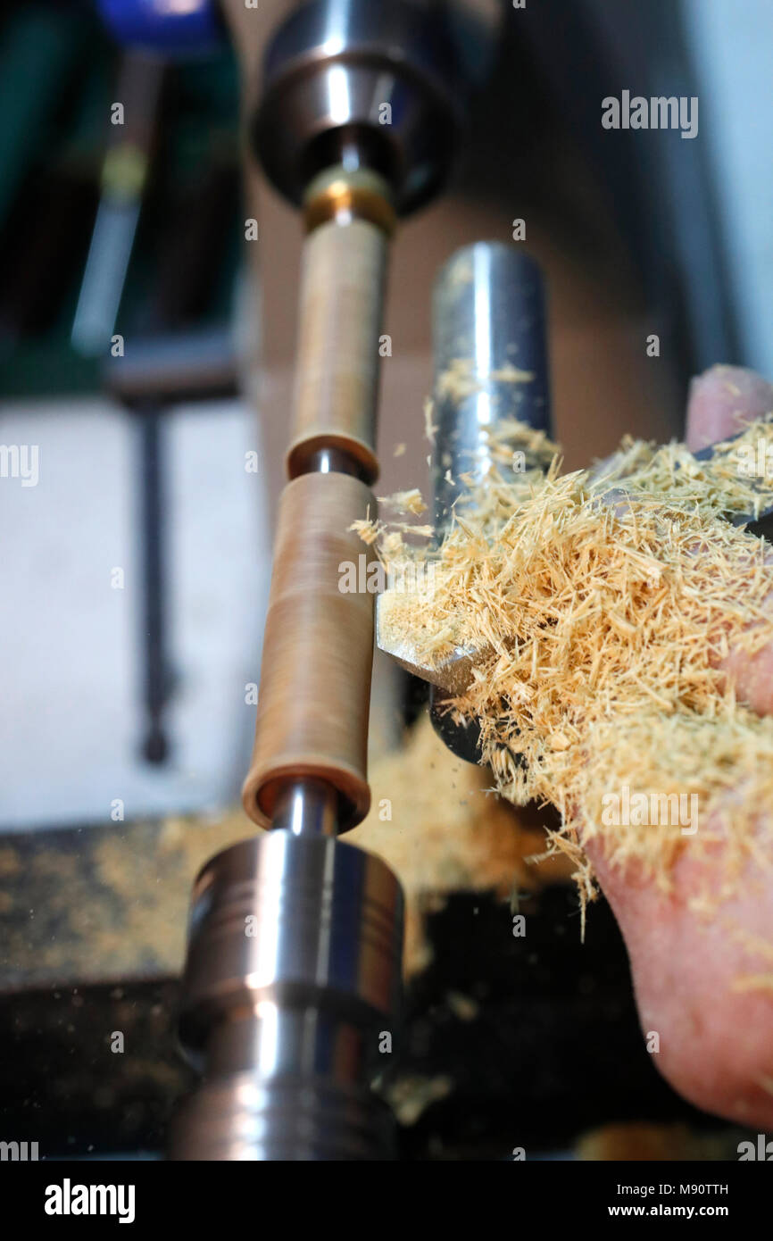 L'homme travaillant sur un tour à bois. Photo Stock
