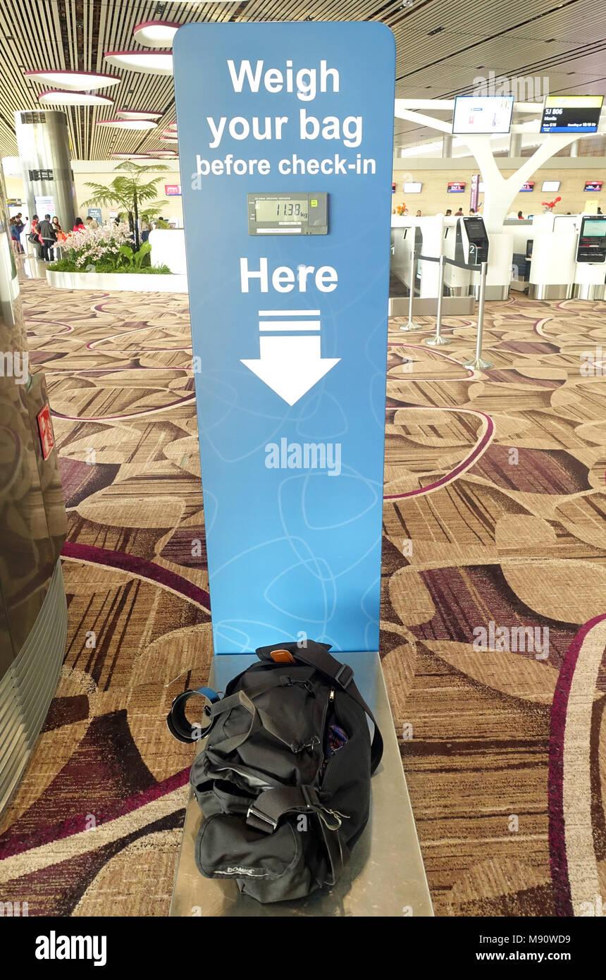 L'aéroport de Changi. Peser votre sac avant de contrôler. Singapour. Photo Stock