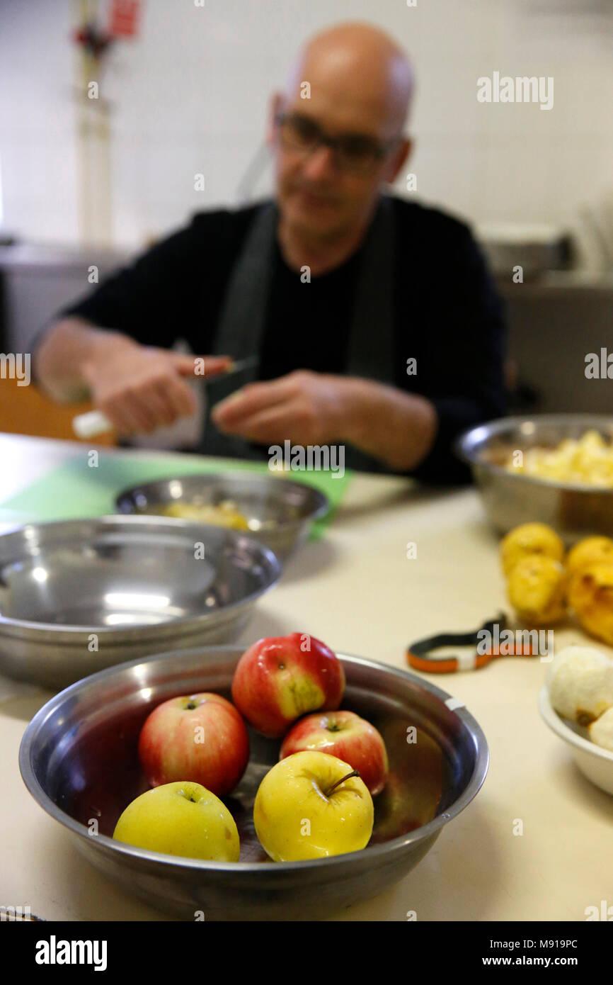 Sesshin Zen (retraite). Dévot peler les fruits. La France. Photo Stock