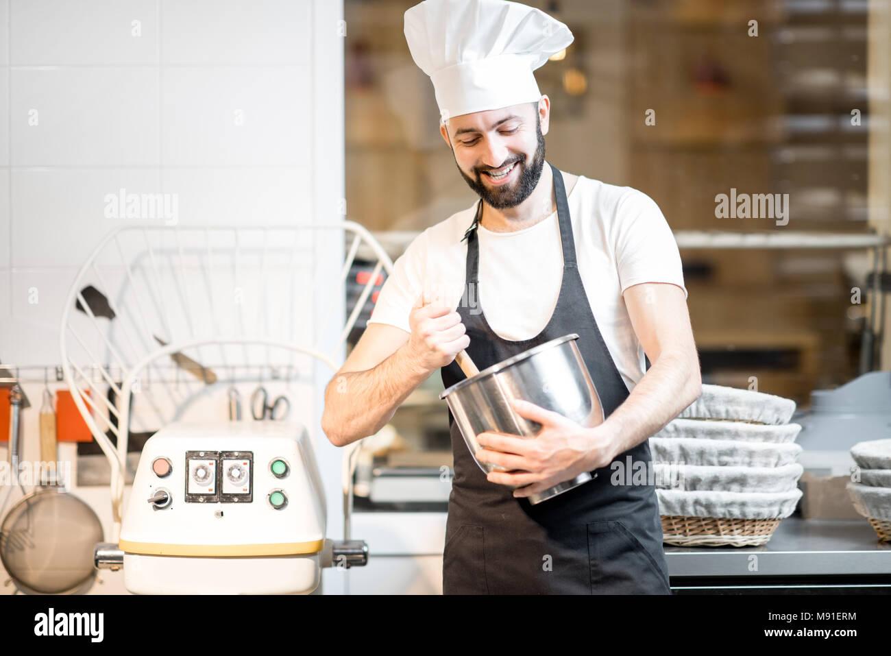 Travailler à la boulangerie pâtisserie Photo Stock