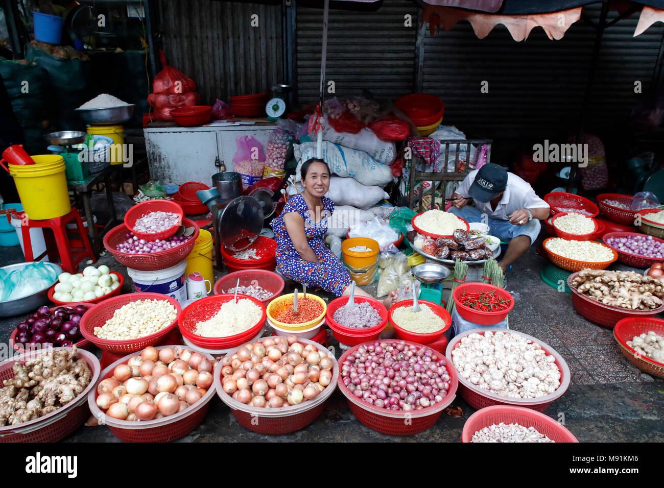 La rue du marché. Femme vendant l'oignon et l'ail. Ho Chi Minh Ville. Le Vietnam. Photo Stock