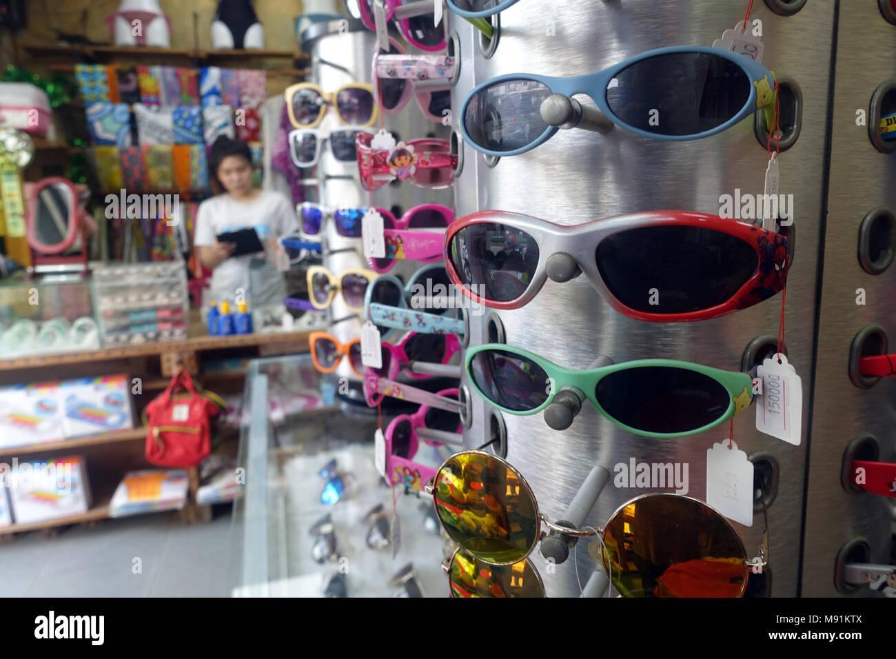 d7a44908c3c Assortiment de lunettes de soleil dans un magasin. Phu Quoc. Le Vietnam.