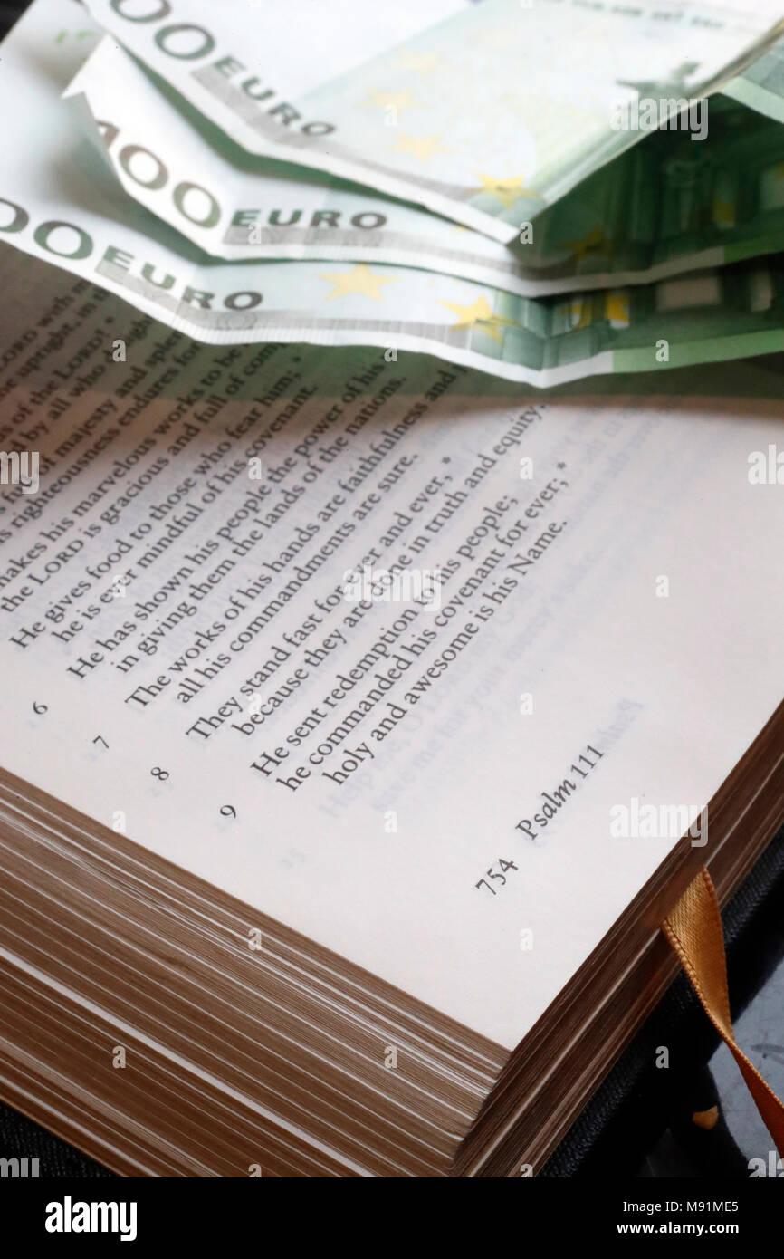 L'argent et la religion. Sainte bible et d'euros. Photo Stock