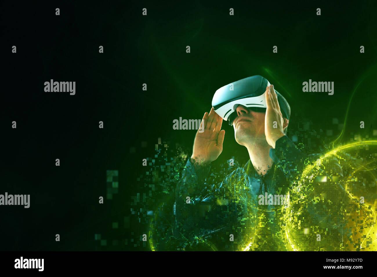 L'homme avec des lunettes de réalité virtuelle. La future technologie concept. La technologie de l'imagerie moderne. Photo Stock