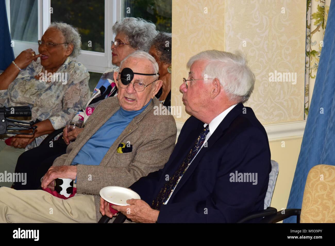 Les personnes âgées à vivre la célébration communautaire Photo Stock