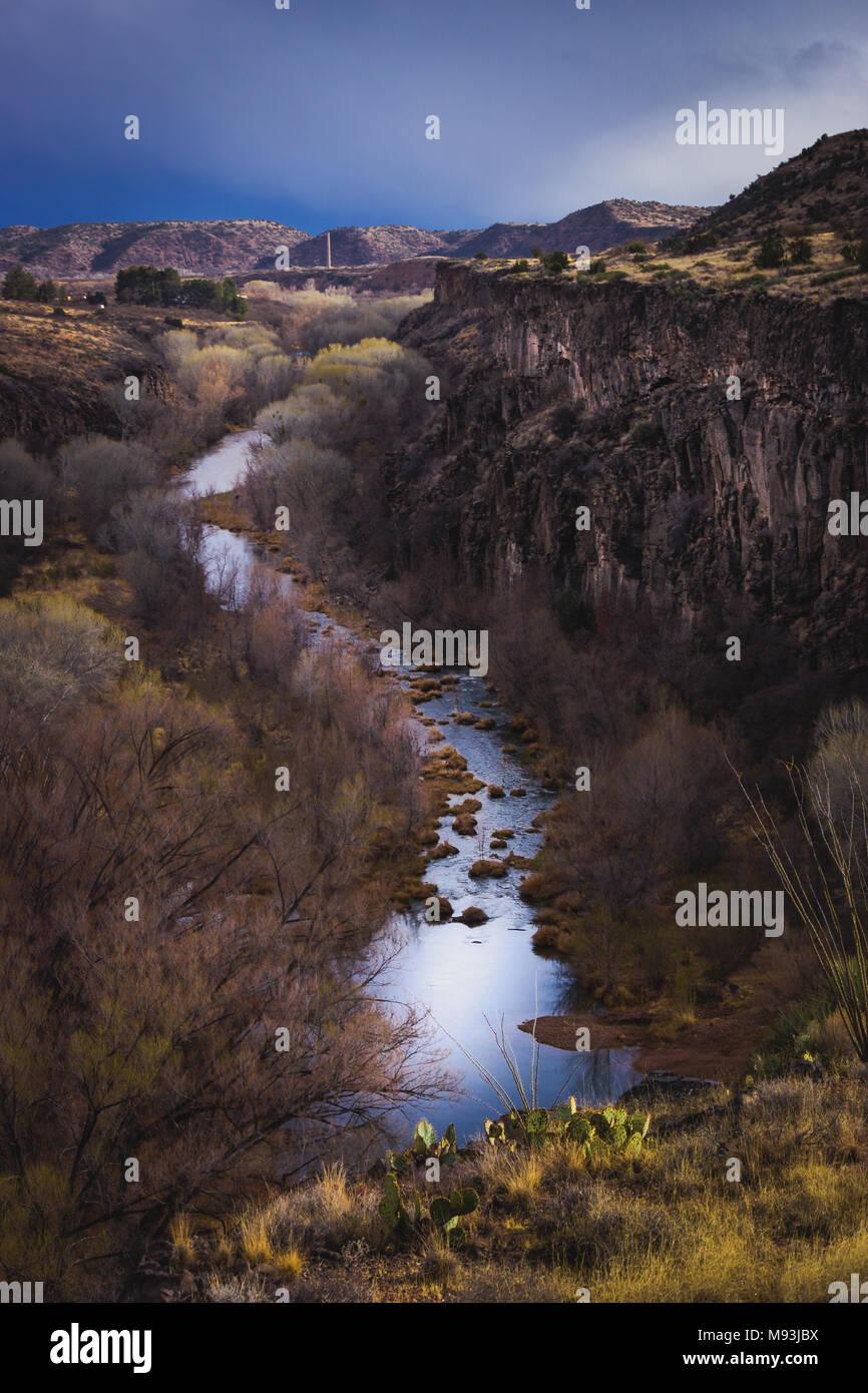 Rivière sinueuse vert géant et 175 pieds (53 mètres) gorge nommé S.O.B. Canyon avec ciel dramatique, près de Clarkdale, Arizona Banque D'Images