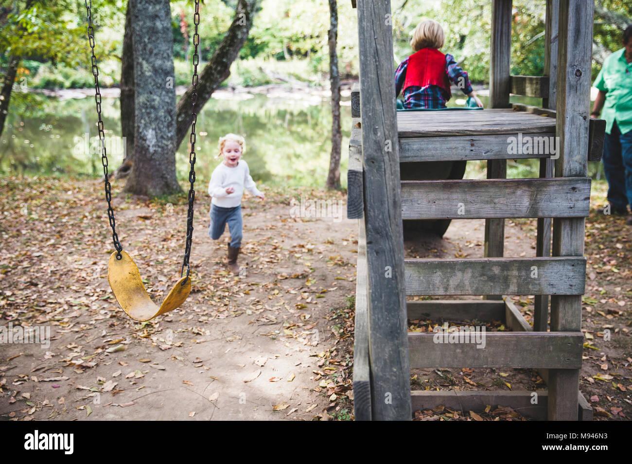 Les enfants dans une aire de forêt Photo Stock