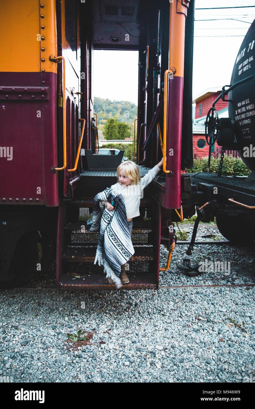 Girl with blanket qui sortent du train Photo Stock