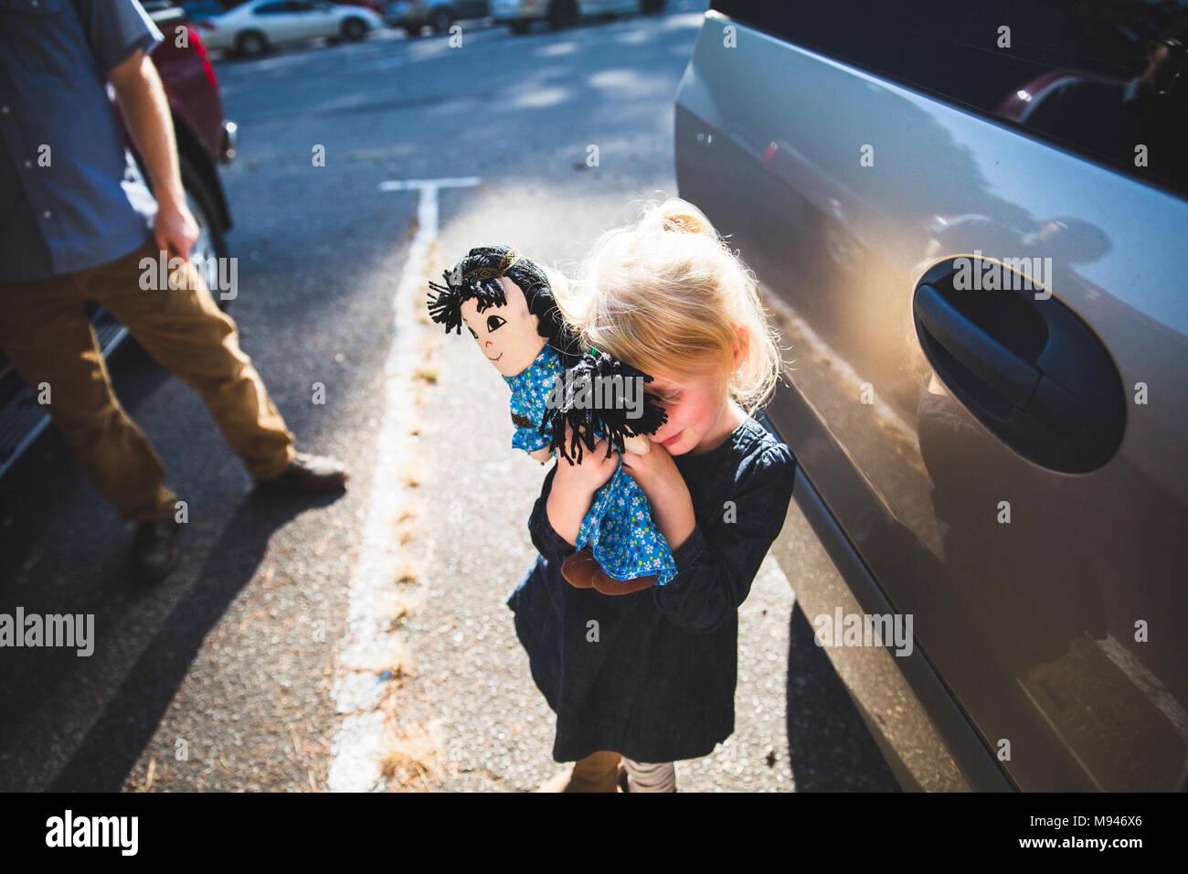 Poupée fille se cacher derrière Photo Stock