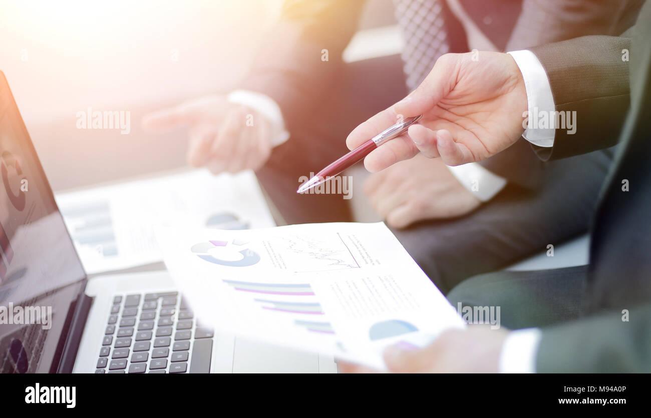 Les mains de l'équipe Entreprises à travailler avec les rapports financiers Photo Stock