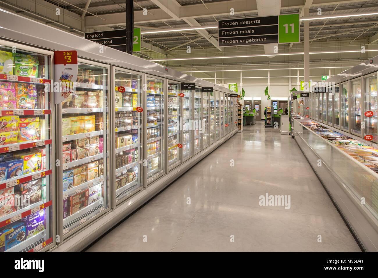 Les déserts et les repas congelés, plein congélateurs dans un supermarché Asda. Photo Stock