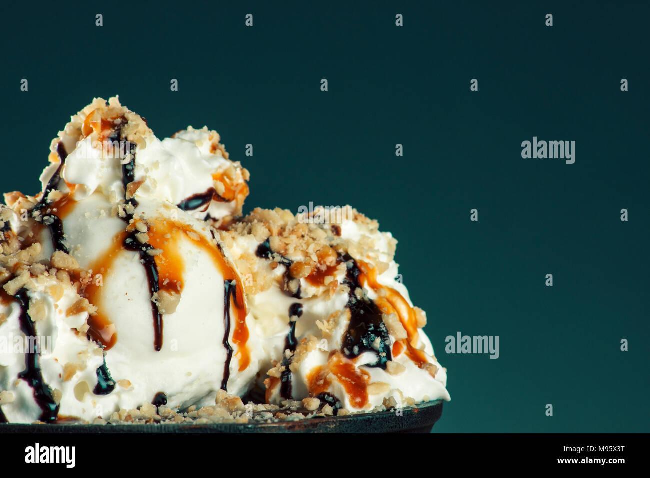 Morceau de chocolat amande gâteau de semoule avec assaisonnement balsamique et de la crème glacée Photo Stock