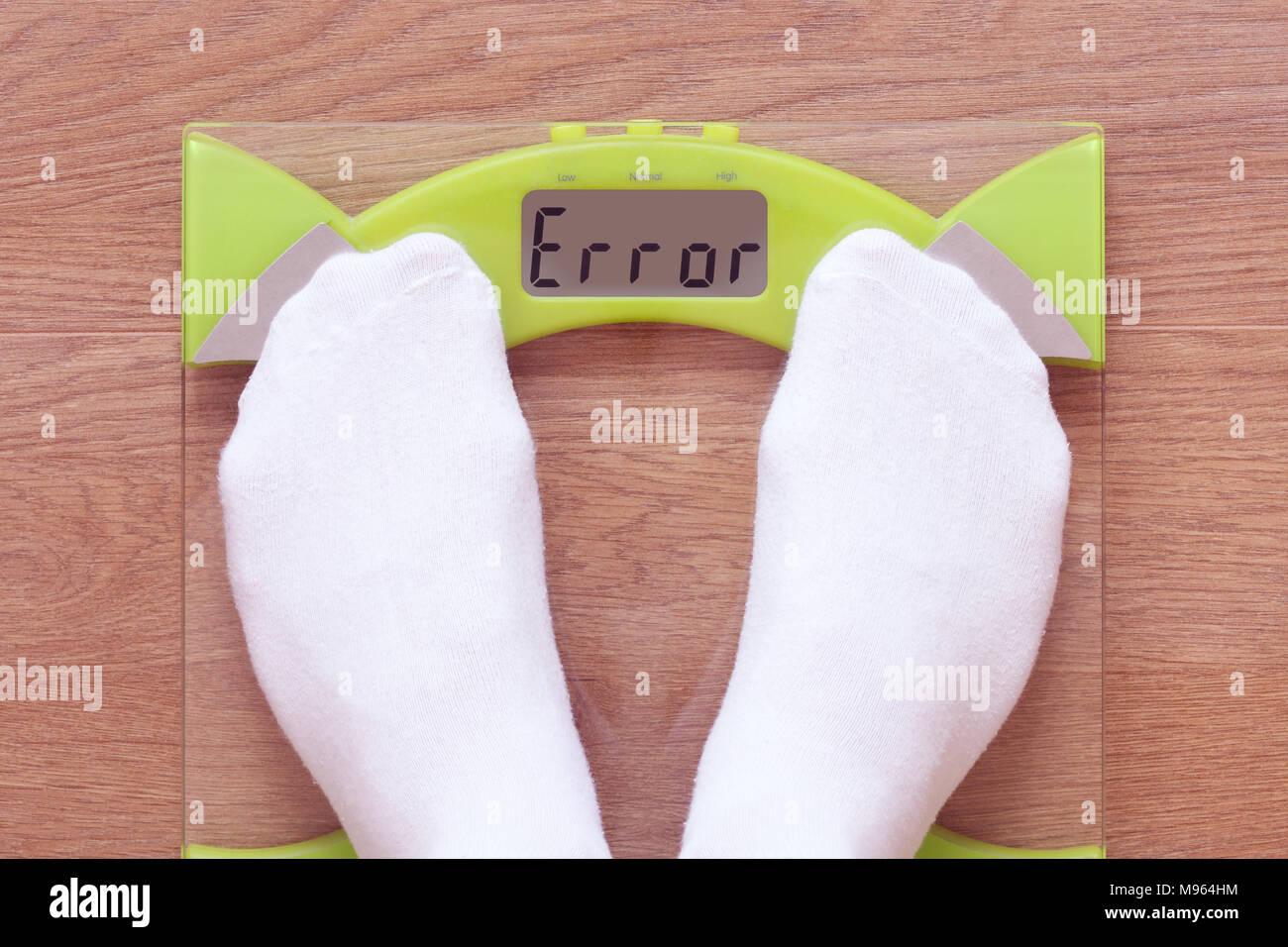 Balances numériques lire 'erreur'. Destiné à illustrer dysmorphophobie (BDD), et suivre un régime de perte de poids dans un unisexe et de genre neutre. Photo Stock