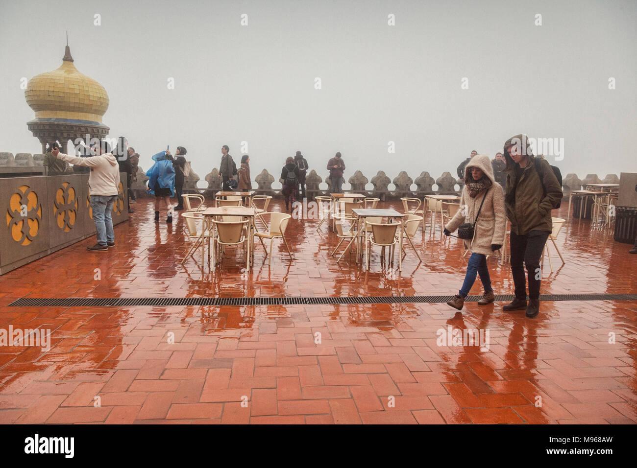 4 mars 2018: Sintra, Portugal - Touristes visite touristique à la pluie, au début du printemps, à la palais de Pena. Photo Stock