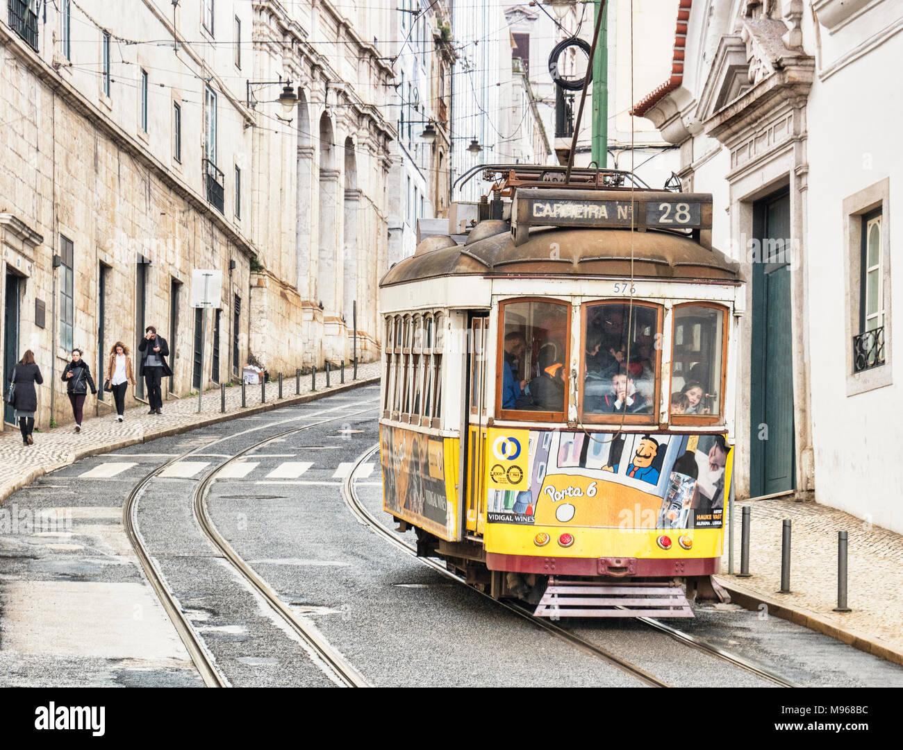 6 mars 2018: célèbre attraction touristique, le tram 28, sur sa route dans la vieille ville. Photo Stock