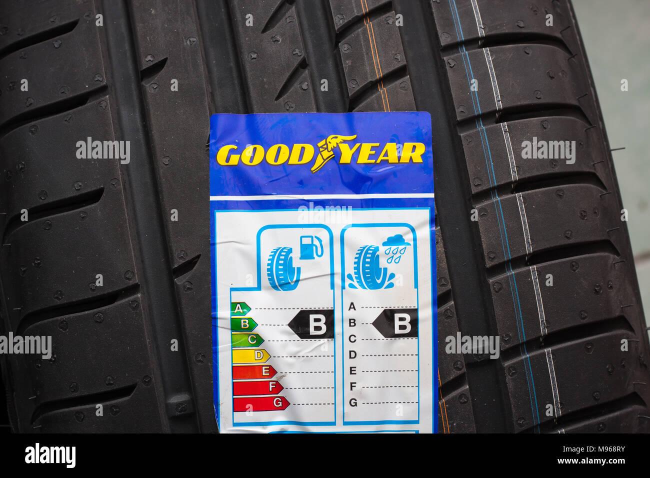 Tout nouveau pneu Goodyear avec étiquette avec l'information sur la sécurité, l'économie de carburant et le bruit externe. Utilisez uniquement éditoriale Banque D'Images