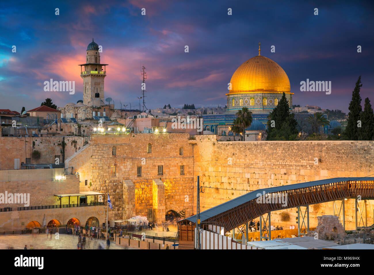 Jérusalem. Cityscape image de Jérusalem, Israël avec le dôme du Rocher et mur ouest au coucher du soleil. Banque D'Images
