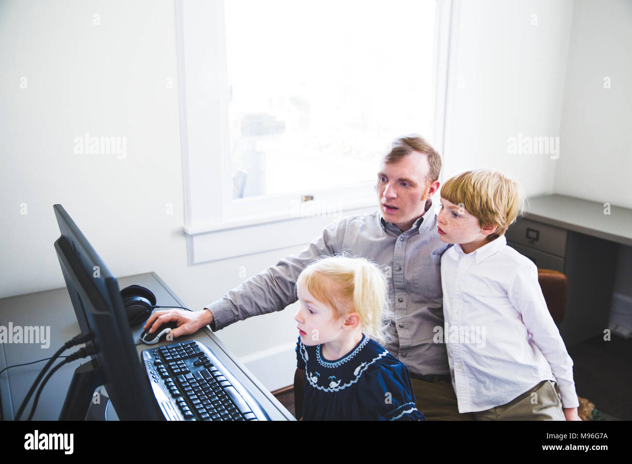 À la famille à l'ordinateur Photo Stock