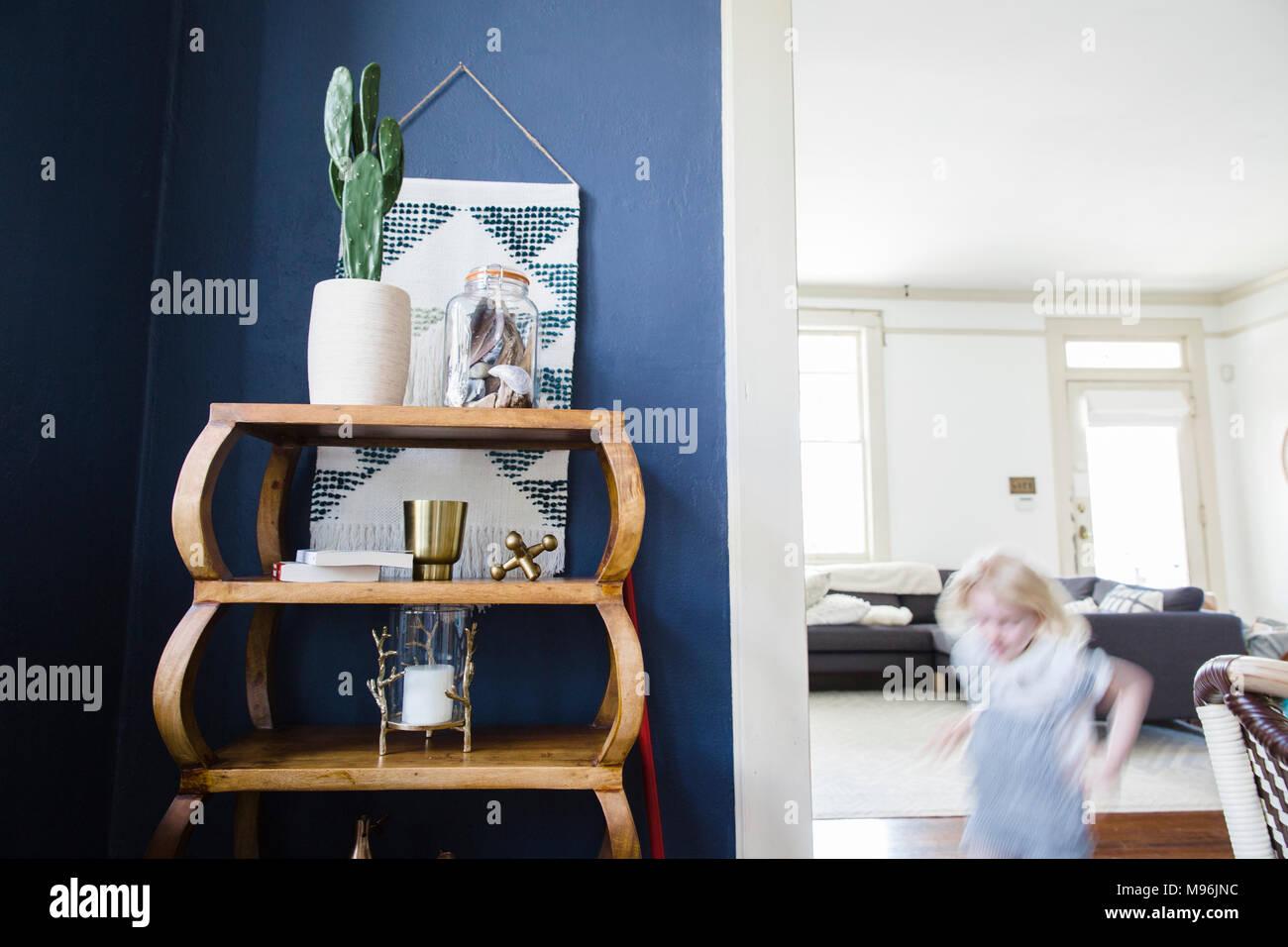 Cactus sur étagère avec enfant tournant en arrière-plan Photo Stock