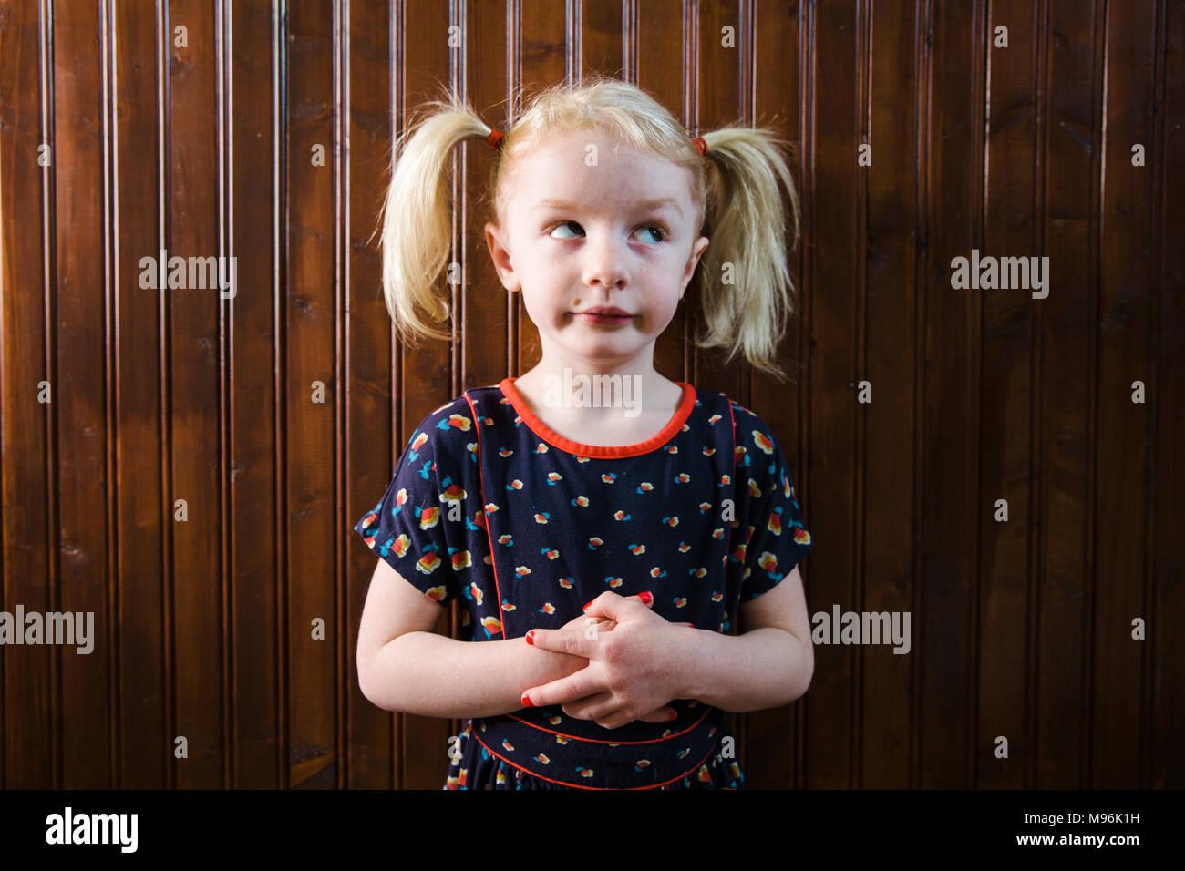 Fille avec des tresses pulling faces Photo Stock