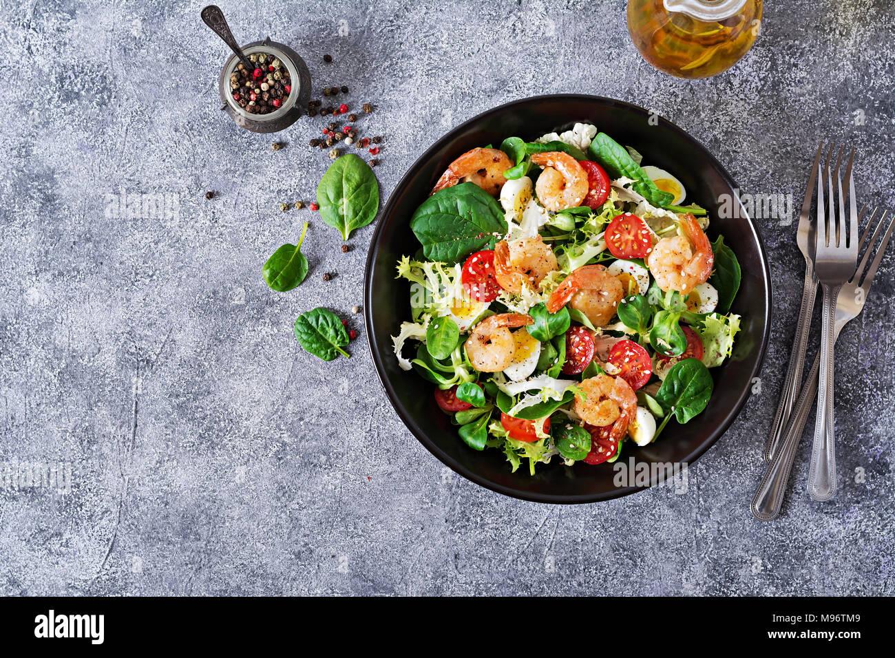 Salade saine plaque. Recette de fruits de mer frais. Crevettes grillées et salade de légumes frais et d'oeufs. Gambas grillées. Alimentation saine. Mise à plat. Vue d'en haut Photo Stock