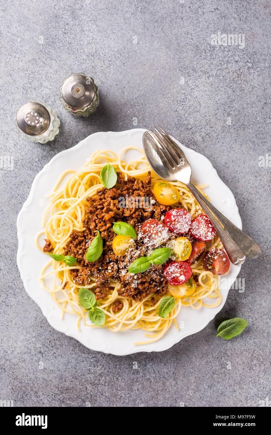 Spaghettis à la sauce bolognaise garnie de viande de bœuf hachée Photo Stock