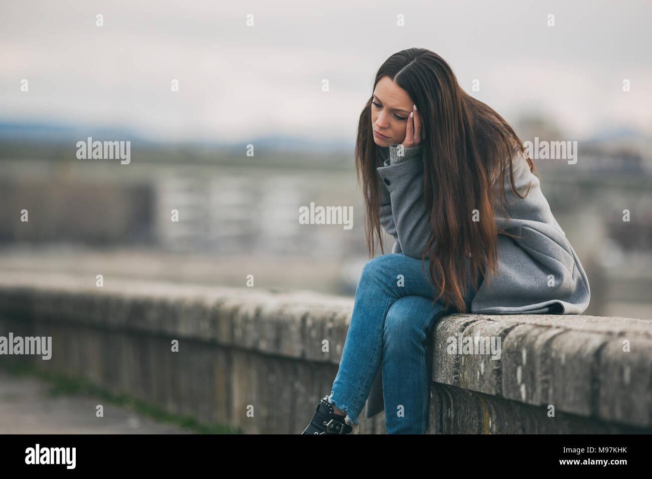 Jeune femme solitaire et déprimé est assis dans le chagrin. Photo Stock