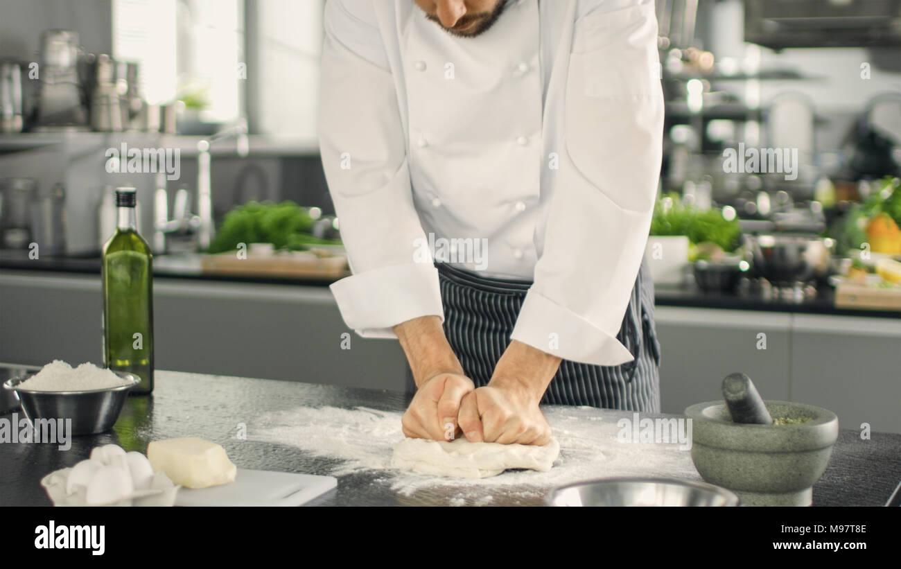 Chef du célèbre restaurant Boulanger pétrit la pâte dans un cadre moderne à la cuisine. Photo Stock