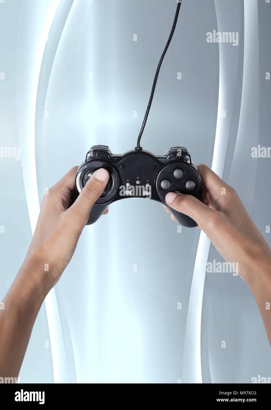 Mains tenant le contrôleur de jeu Photo Stock