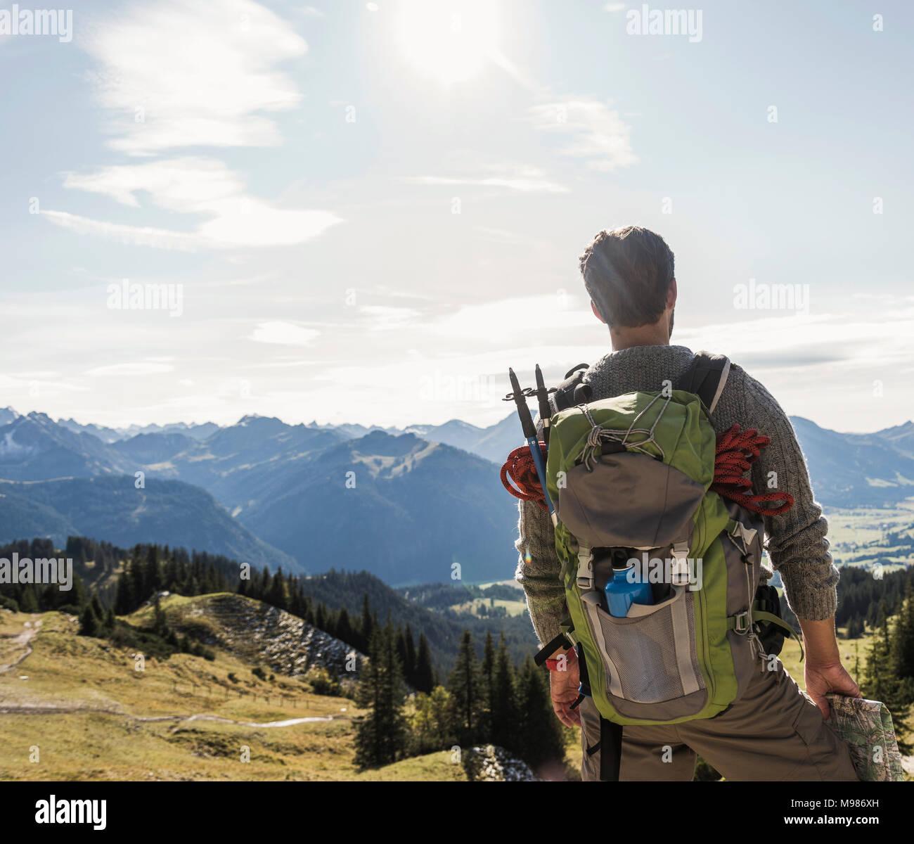 Autriche, Tyrol, jeune homme de mountainscape looking at view Photo Stock