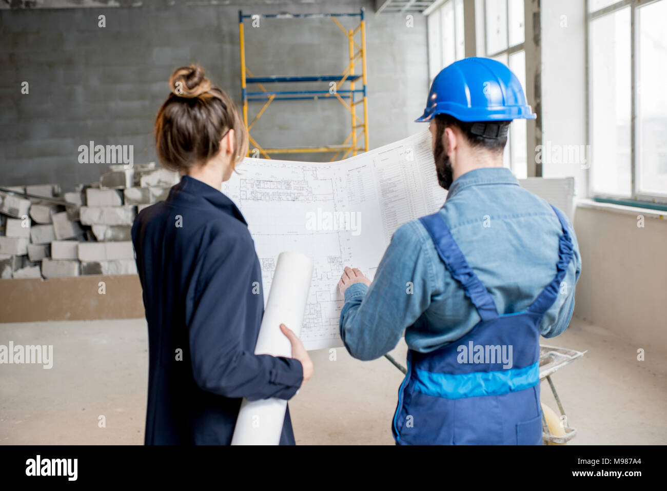 Builder avec portrait sur le site de construction Photo Stock