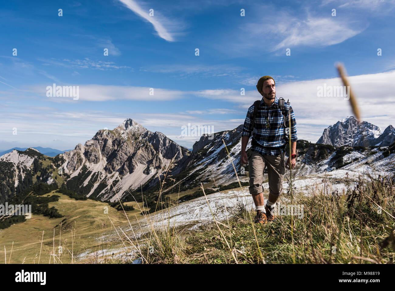 Autriche, Tyrol, jeune homme randonnée en montagne Photo Stock