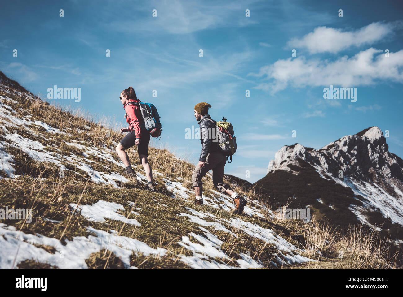 Autriche, Tyrol, jeune couple randonnées en montagne Photo Stock
