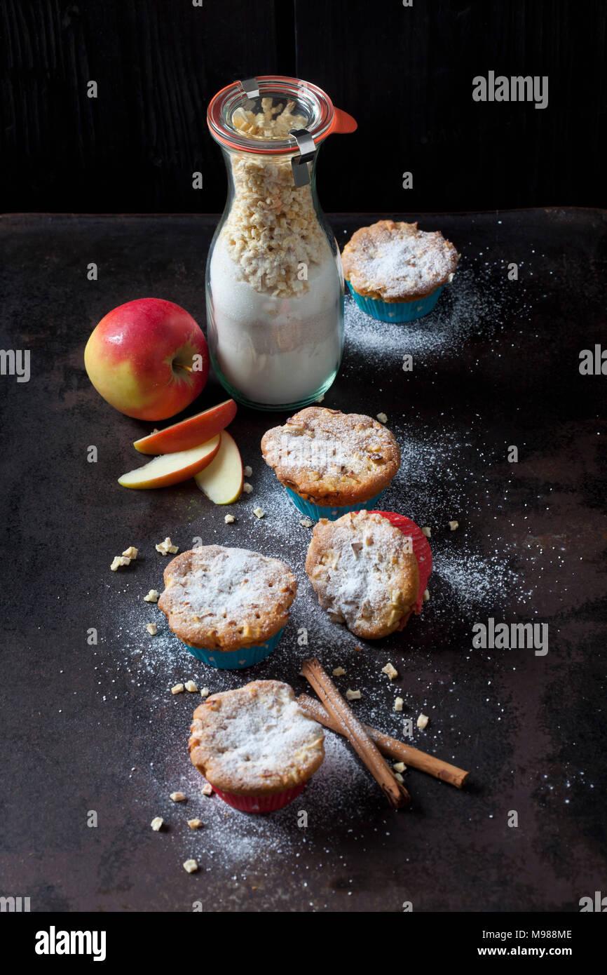 Muffins pomme cannelle et le flacon en verre de baking mix Photo Stock