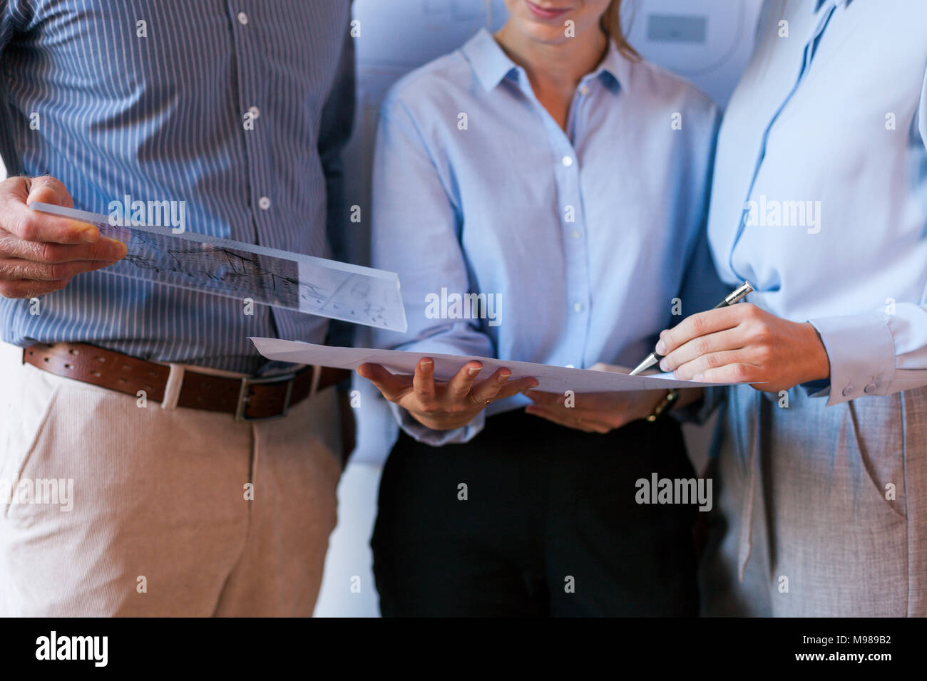 Les gens d'affaires standing in office Photo Stock