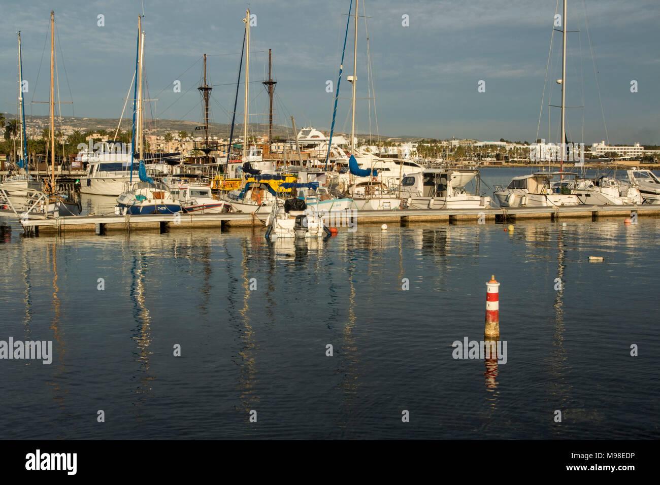 Bateaux amarrés dans le port de Paphos dans la zone touristique de Kato Paphos, Paphos, Chypre, Europe Photo Stock