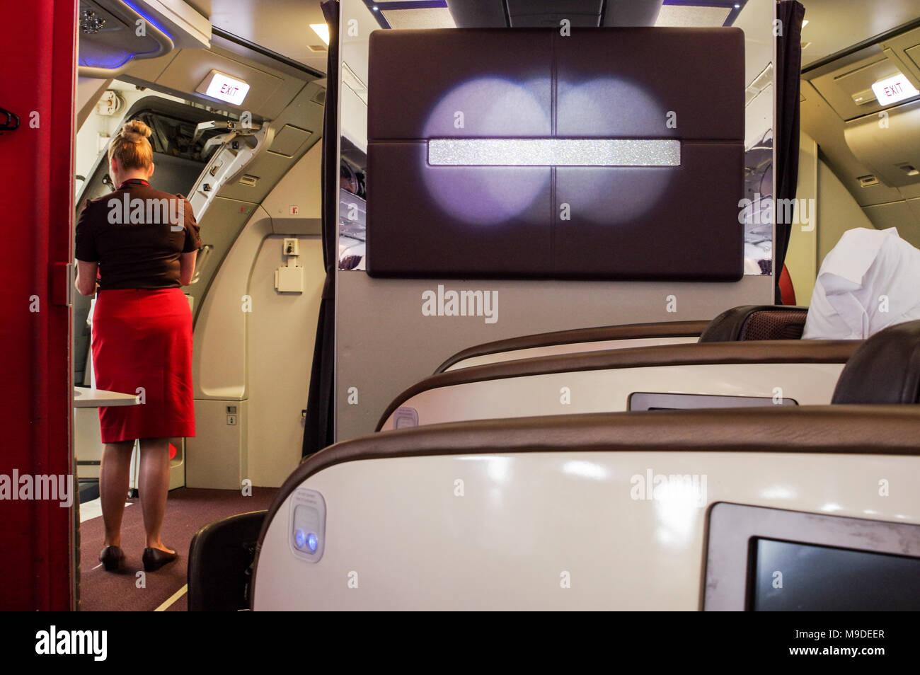 La préparation de l'équipage pour l'embarquement de la classe supérieure cabine sur un Airbus A340 à l'aéroport London Heathrow Banque D'Images