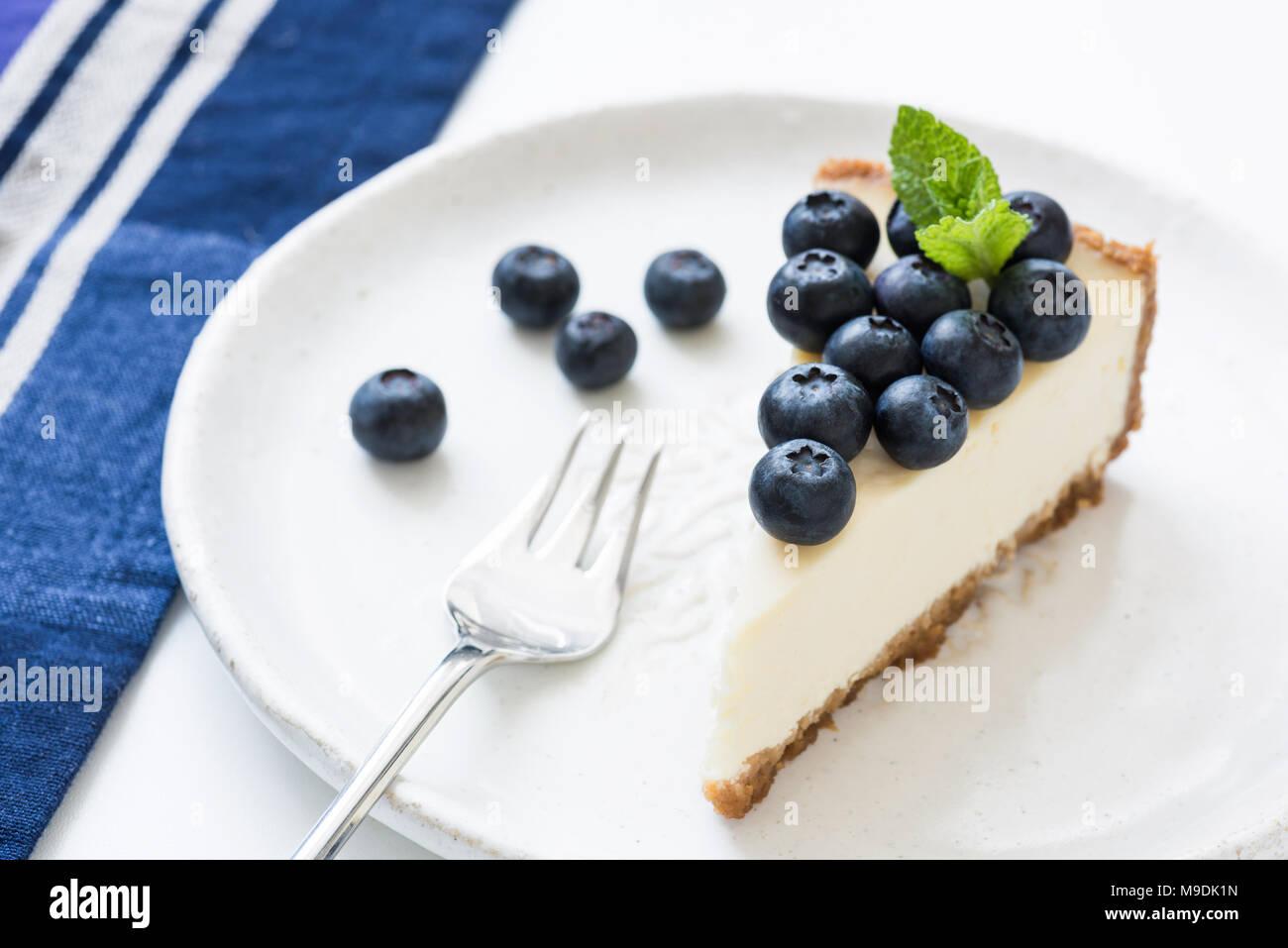 Gâteau au fromage avec des bleuets frais sur plaque blanche. Gâteau aux bleuets. À l'horizontal, selective focus Photo Stock